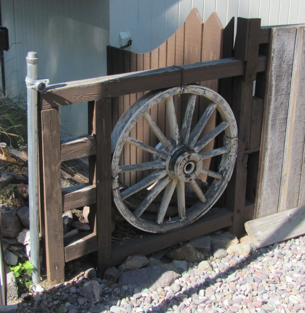 Decorate A Fence: DIY Ideas For Your Own Front Yard